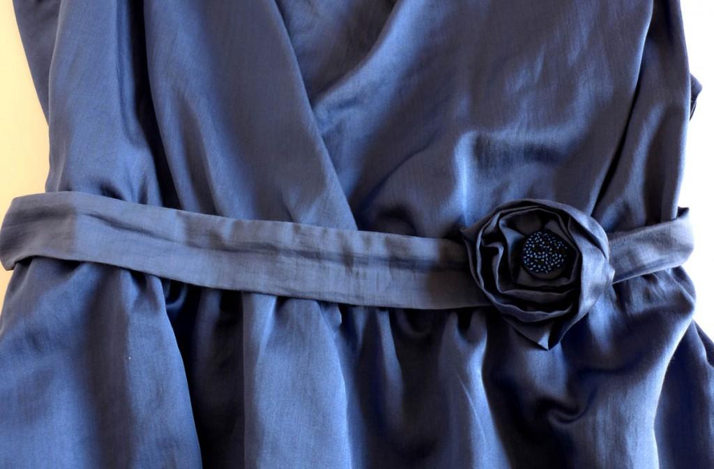 Ein Kleid mit Wasserfallausschnitt der Gürtel