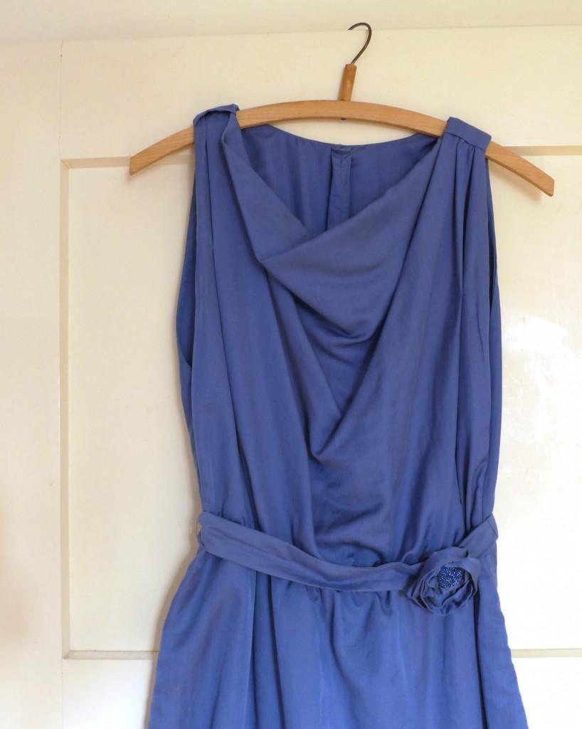 Kleid mit Wasserfallauschnitt komplett