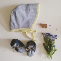 Babyschuhe und Mütze